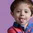 un bambino fa la linguaccia