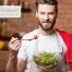 un uomo di fronte ad una scodella di insalata