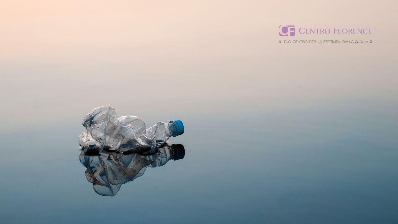 una bottiglia di plastica accartocciata sulla spiaggia