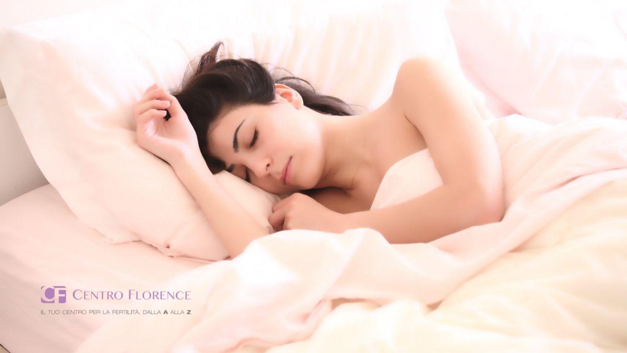 una donna dorme serena nel letto